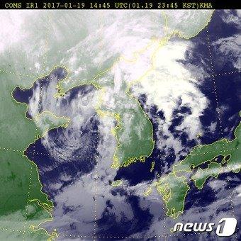 19일 오후 11시45분 기준 전국 위성사진 (출처 기상청) © News1