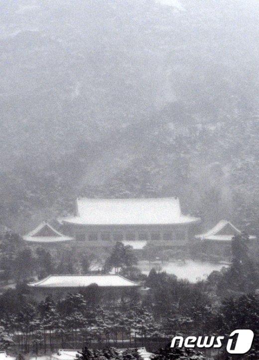 [사진]청와대 지붕에 쌓인 눈