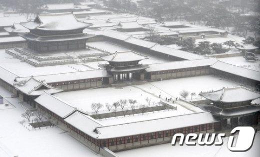 일년 중에 가장 춥다는 대한(大寒)이자 전국에 많은 눈이 내리는 20일 오전 서울 종로구 경복궁에서 관계자들이 쌓인 눈을 치우고 있다. 2017.1.20/뉴스1 © News1 안은나 기자