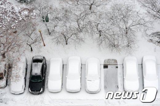 일년 중에 가장 춥다는 대한(大寒)이자 전국에 많은 눈이 내리는 20일 오전 서울 강남구 대치동 한 아파트에 눈이 쌓여 있다. 2017.1.20/뉴스1 © News1 임세영 기자