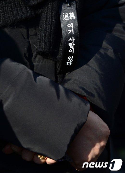 지난 2014년 1월18일 오후 서울 용산 남일당 터에서 열린 '용산참사 5주기' 추모 집회에서 유가족들의 가슴에 '여기 사람이 있다'는 리본이 달려 있다. 2014.1.18/뉴스1