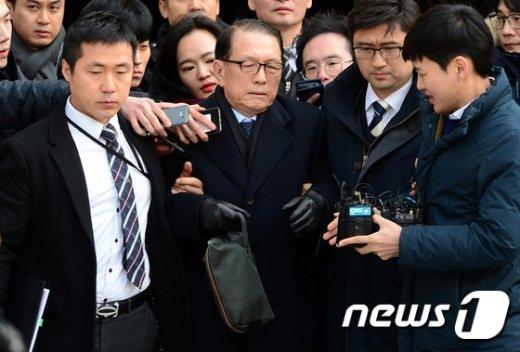 [사진]구치소 향하는 '법꾸라지' 김기춘