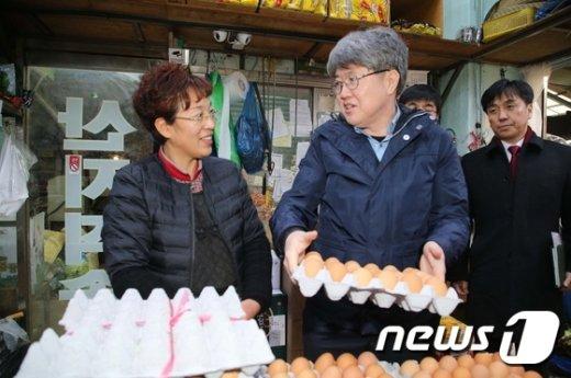[사진]유경준 통계청장, 물가동향 점검 차 전통시장 방문