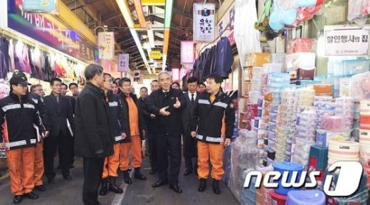 [사진]이성호 차관, 설연휴 대비 전통시장 점검