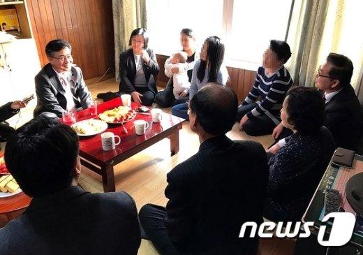 [사진]홍용표 장관, 탈북민 거주 '하늘쉼터' 방문