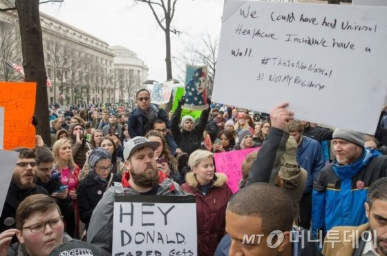 '트럼프 시대' 개막, 취임식 날 무슨 일 있었나