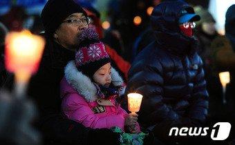 하루 종일 영하의 기온을 보인 14일 오후 전북 전주시 풍남문광장에서 열린 '박근혜 정권퇴진 10차 전북도민 총궐기'에 참가한 사람들이 촛불을 들고 있다.2017.1.14/뉴스1 © News1 문요한 기자