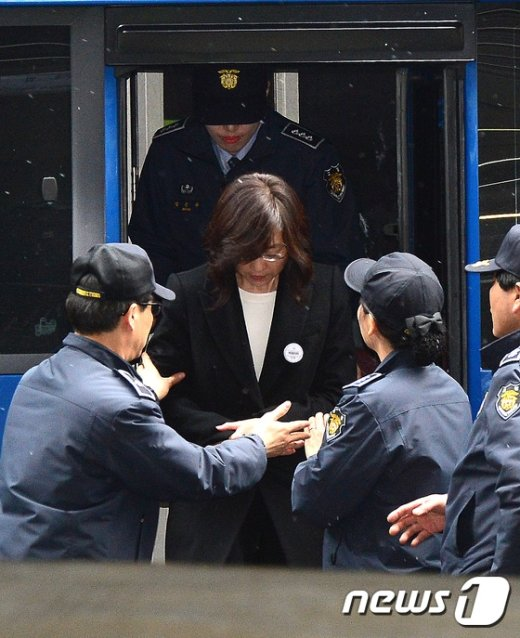 [사진]호송차에서 내리는 조윤선 장관