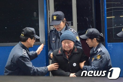 [사진]호송차에서 내리는 김경숙