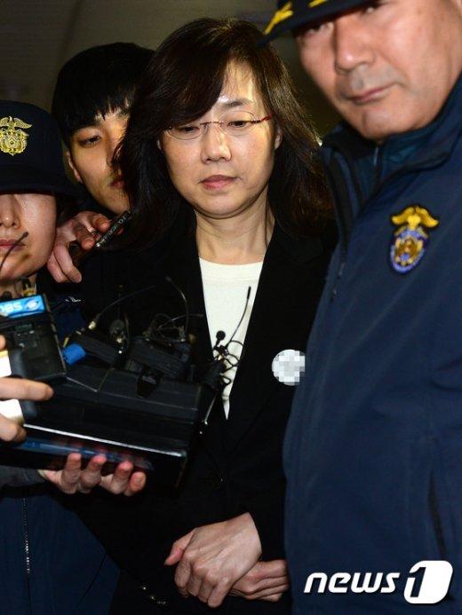 [사진]고개 숙인 조윤선