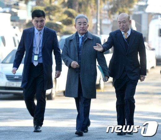 [사진]헌재로 출석하는 유진룡 전 장관
