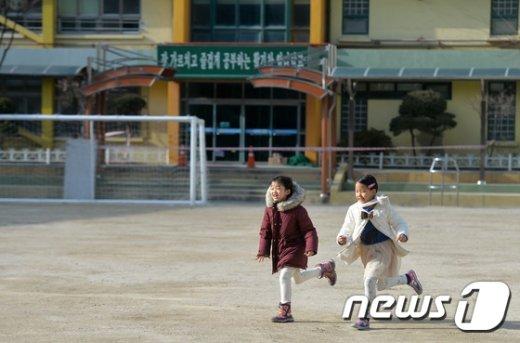 서울시내 초등학교 예비소집일인 지난 11일 오후 서울 마포구 염리초등학교를 찾은 예비초등학생들이 운동장에서 뛰어놀고 있다./뉴스1 © News1