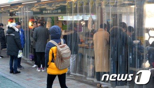 [사진]한파에도 노량진 컵밥거리 '북적북적'