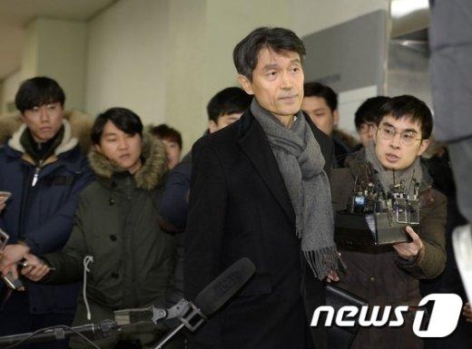 [사진]모철민 전 수석 '취재진 뒤로 한채'