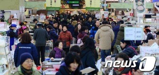 명절을 앞두고 제수용품을 구입하러 나온 시민들로 대형마트가 북적이고 있다./뉴스1 © News1 박지혜 기자
