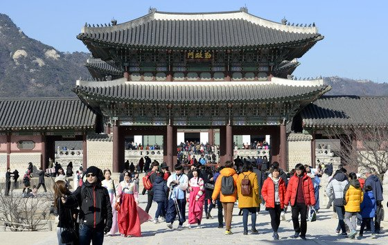 2016년 설 연휴 마지막 날인 10일 오후 서울 종로구 경복궁에 몰린 나들이 인파. /사진=뉴스1