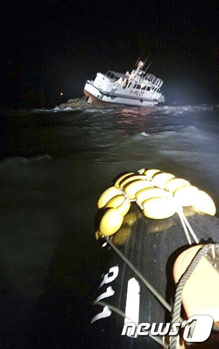 [사진]승봉도 해상 좌초된 도선.. 2명 구조