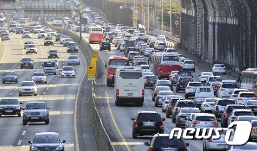 설 연휴 첫째날인 27일 오후 서울 서초구 잠원IC 부근 경부고속도로 하행선(오른쪽)이 귀성차량으로 꽉 막혀있다. 2017.1.27/뉴스1 © News1 신웅수 기자