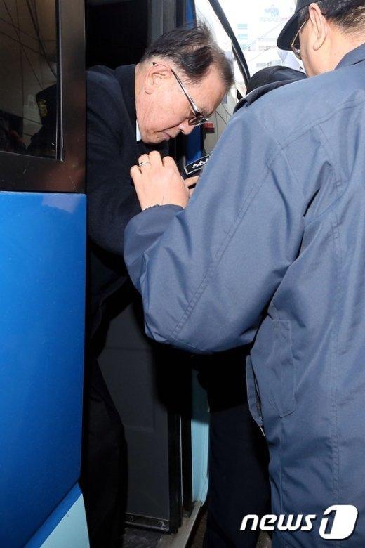 [사진]호송차량에서 내리는 김기춘 전 비서실장