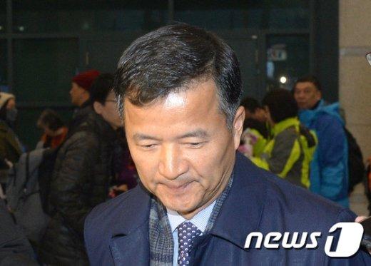 [사진]특검 조사로 귀국한 유재경 대사