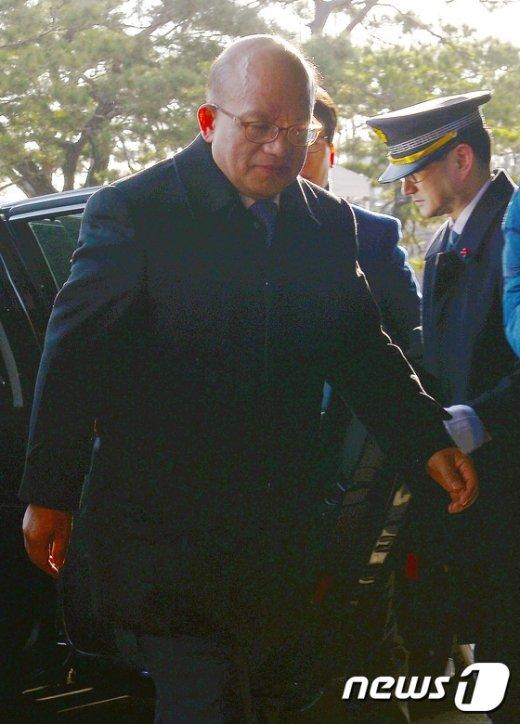 [사진]헌재로 들어가는 박한철 소장