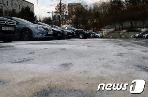 [사진]설 연휴에 내린 비와 눈으로 얼어붙은 주차장
