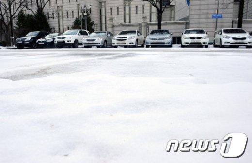 [사진]내린 눈이 얼어붙은 주차장