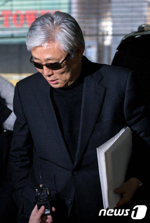 [사진]서류봉투 들고 특검 출석하는 최재석