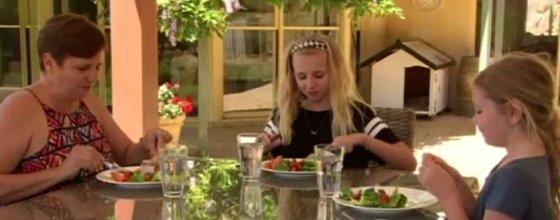 12주간 지중해식 식단을 먹는 실험에 참가해 우울증이 크게 나아졌다는 사라 키블(왼쪽)./사진=ABC뉴스 캡처.