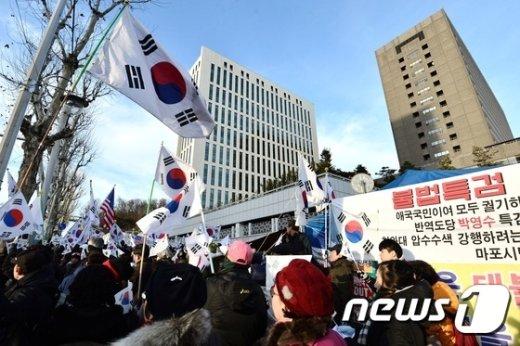 [사진]중앙지검 앞 점거한 박사모