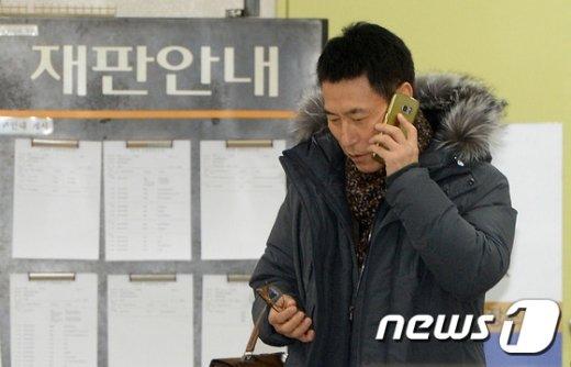 [사진]증인 출석 전 통화하는 한상규 대표