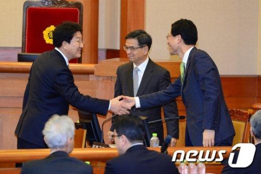 [사진]대통령측 법률대리인단과 인사 나누는 권성동