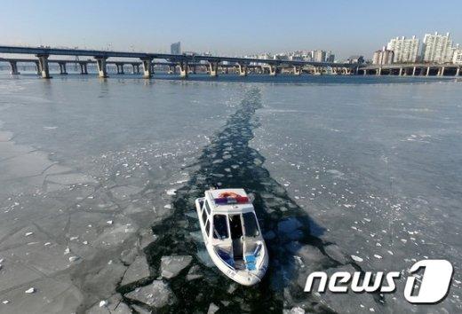 [사진]한강 얼음 깨는 한강경찰대