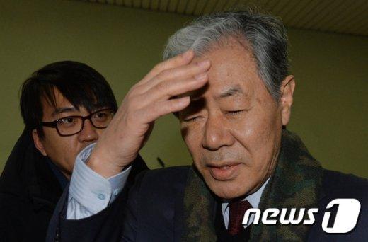 [사진]눈 가리는 이경재 변호사