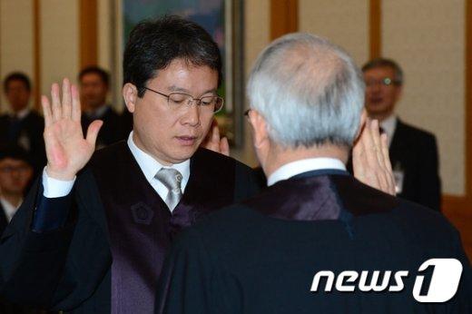 [사진]선서하는 이백규 신임 전담법관