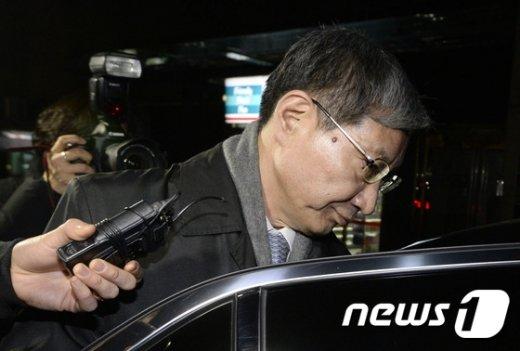 [사진]차에 오르는 장충기 사장
