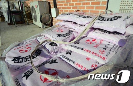 [사진]구제역 발병에 우시장 폐쇄...소독용 석회만 가득