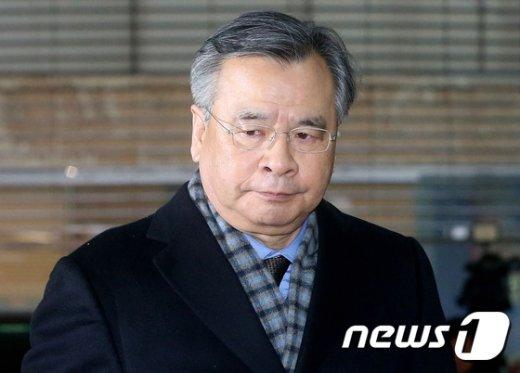 [사진]특검 사무실 향하는 박영수
