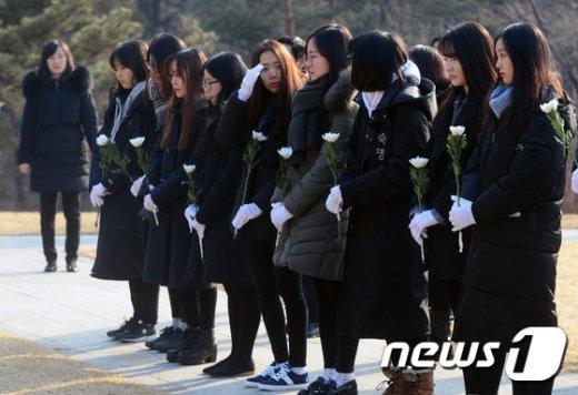 [사진]숙명여대 학생들 '국화 한송이 들고'