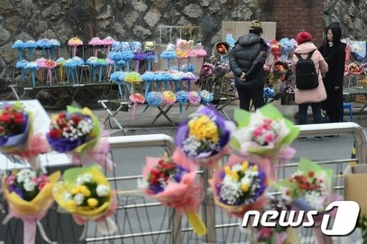 [사진]'졸업식 경기도 안 좋네'