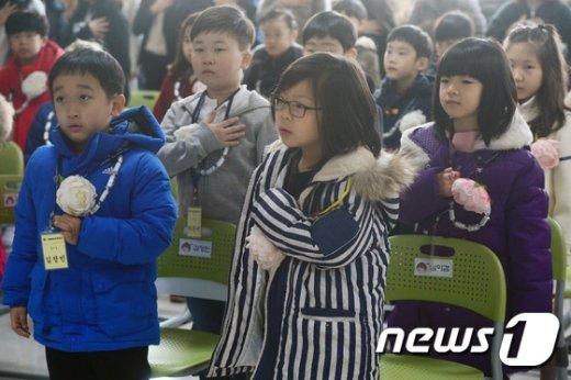 [사진]초등학교 입학식장의 국민의례