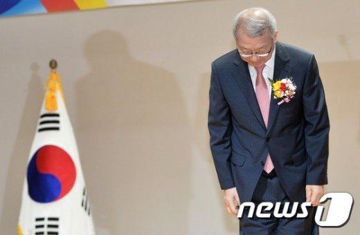 [사진]인사하는 양승태 대법원장