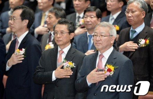 [사진]국민의례하는 양승태 대법원장