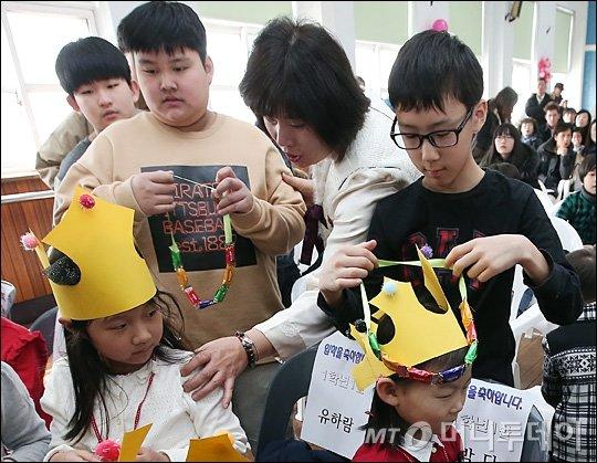 [사진]'형이 주는 입학 축하 선물이야'