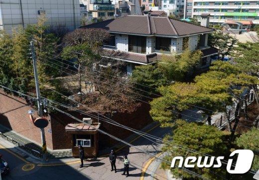 [사진]박근혜 대통령 사저...철통 경비
