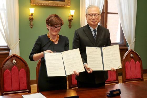 계명대와 폴란드 야기엘론스키 대학교와 학술교류협정을 체결했다.(좌측 도로타 말렉 야기엔론스키 대학교 경영부총장, 우측 신일희 계명대 총장)