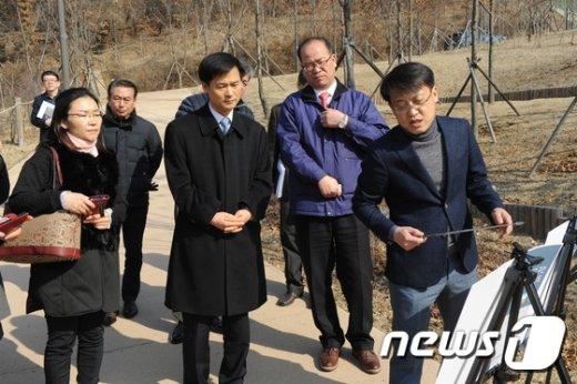 [사진]민원 청취하는 김인수 부위원장