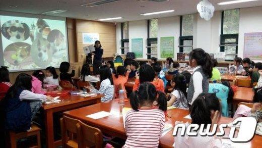 관악구 청룡초등학교에서 진행된 리빙북대출서비스 현장. (관악구 제공)/뉴스1 © News1