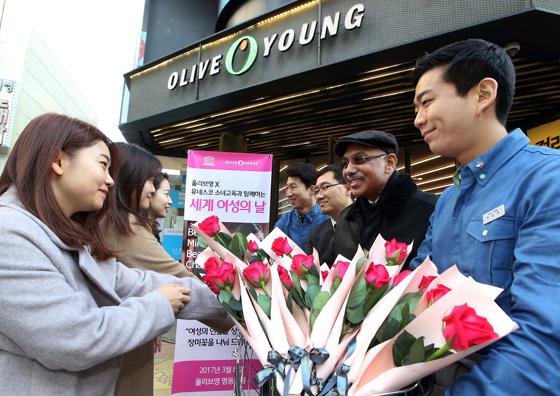 8일 세계 여성의 날을 맞아 올리브영이 명동 본점을 찾은 고객들에게 장미꽃을 증정하는 행사를 진행했다./사진제공=CJ올리브네트웍스