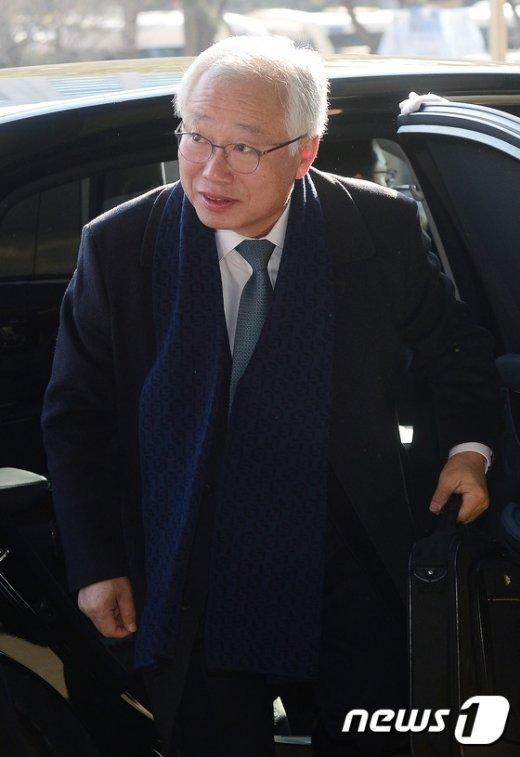 [사진]출근길 나선 김창종 헌법재판관